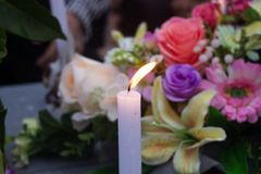 在一个坟墓的纪念蜡烛在泰国 图库摄影