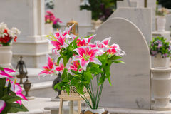 在一个坟墓的美丽的花在葬礼以后 免版税库存照片