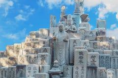 在一个坟墓的Jizo菩萨在Shitennoji寺庙在大阪 图库摄影