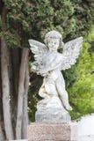 在一个坟茔或坟墓的一点石天使在墓地 库存图片