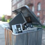 在一个垃圾桶的计算机在街道上 免版税库存照片