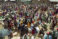 在一个埃赛俄比亚的集市广场的巨大的人群 免版税库存图片
