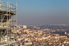 在一个城市上的脚手架有清楚的天空的 免版税库存图片