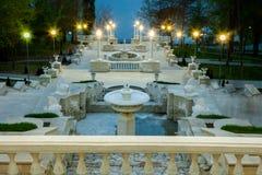在一个城市公园的美丽的台阶的一个透视图在基希纳乌,摩尔多瓦 免版税库存照片