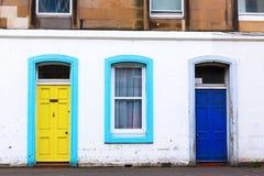 在一个城市大厦的五颜六色的门在爱丁堡 免版税图库摄影