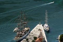 在一个城市海湾和几艘船的顶视图在海岸 库存图片
