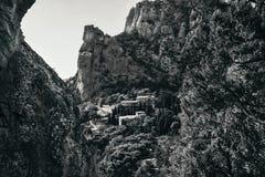 在一个城市的看法在森林里,横跨岩石, bw 免版税图库摄影