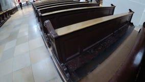 在一个基督教会走道的木座位 股票视频