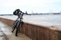 在一个堤防的体育自行车在圣彼德堡 库存照片