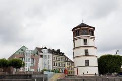 在一个塔和几个房子的看法在dà ¼ sseldorf德国的莱茵河河岸的 库存照片