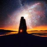 在一个壮观的岩石的满天星斗的天空在冰岛的北海岸的海 说明说它是石化拖钓 库存图片