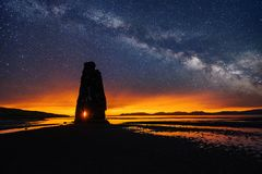 在一个壮观的岩石的满天星斗的天空在冰岛的北海岸的海 说明说它是石化拖钓 免版税库存照片