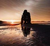 在一个壮观的岩石的满天星斗的天空在冰岛的北海岸的海 说明说它是石化拖钓 库存照片