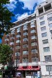 在一个夏天下午的典型的英国多层的红砖大厦在罗素广场附近的Coram街道 免版税图库摄影