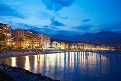 在一个夏天晚上照亮的法国海滨海岸 免版税图库摄影