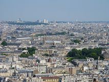 在一个夏日期间,巴黎,法国高的看法屋顶 免版税库存图片