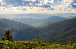 在一个多云夏天下午的绵延山 免版税库存图片