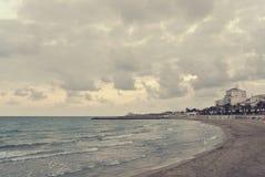 在一个多云有风下午的海滩风景;减速火箭的Instagram样式 免版税库存图片