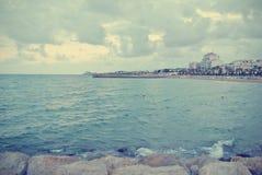 在一个多云有风下午的海滩风景;减速火箭的Instagram样式 库存图片