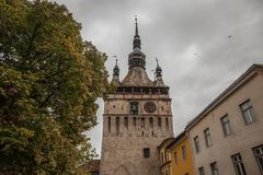 在一个多云秋天下午期间的Sighisoara尖沙咀钟楼Turnul古芝Ceas 它是Sighisoara城堡大门,在罗马尼亚 免版税库存照片