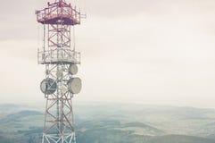 在一个多云谷的无线电帆柱 库存图片