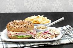 在一个多五谷百吉卷的火腿和瑞士乳酪三明治 免版税库存图片