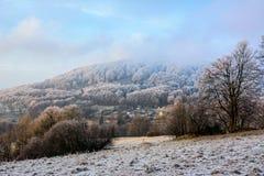 在一个多小山风景的冷淡的天 免版税库存照片