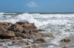 在一个多岩石的海滩的波浪 库存图片