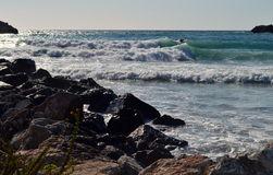 在一个多岩石的海滩的大波浪 免版税库存图片