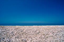 在一个多岩石的海滩的小卵石 免版税库存图片