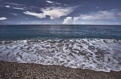 在一个多岩石的海滩的小卵石 免版税库存照片