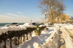 在一个多雪的堤防在保加利亚波摩莱,冬天 图库摄影
