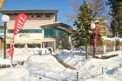 在一个多雪的堤防的室外咖啡馆在冬天波摩莱保加利亚 免版税库存照片
