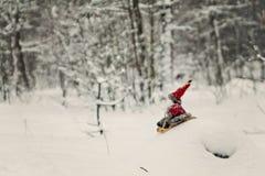 在一个多雪的森林里戏弄爬犁的圣诞老人 免版税库存照片