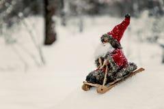 在一个多雪的森林里戏弄爬犁的圣诞老人 库存照片