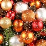 在一个多雪的背景的美丽的圣诞节球 免版税库存图片