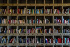 在一个大书架的许多书 库存图片