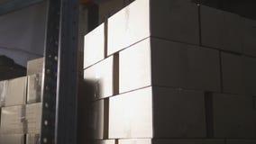 在一个大仓库里面的纸板箱 免版税库存图片