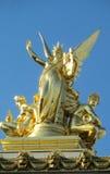 在一个大厦屋顶的金黄雕象在欧洲 库存图片