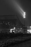在一个大厦旁边的聚光灯在黑白的晚上 免版税图库摄影