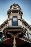 在一个大厦的一座经典维多利亚女王时代的钟楼在纳帕,加利福尼亚 免版税库存图片