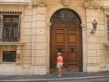 在一个大厦的古色古香的门在罗马 免版税库存照片