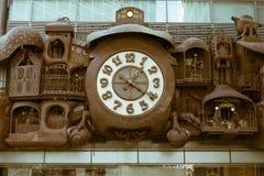 在一个大厦的大时钟在东京,日本 免版税图库摄影