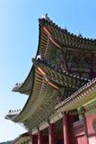 在一个大厦的屋顶的五颜六色的瓦片在景福宫宫殿在汉城 图库摄影
