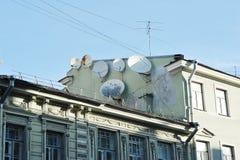在一个大厦的屋顶的卫星盘在圣彼德堡 免版税图库摄影