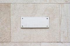 在一个大厦的方形的空的大理石匾牌与经典之作 库存照片