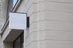 在一个大厦的方形的空的牌与古典建筑 库存图片