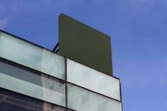 在一个大厦的方形的空的牌与现代建筑学 库存图片