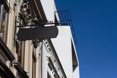 在一个大厦的方形的黑牌与古典建筑 库存照片
