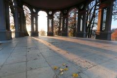 在一个大厦的早晨光在公园 免版税库存照片